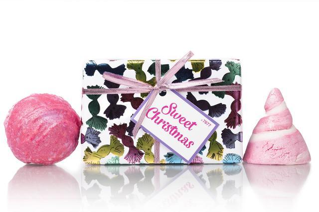 画像: スイートなクリスマスを願うならこのギフトセットは見逃せません。 キャンディのような香りがバスルームいっぱいに広がる2つのきらめくピンク色のバスボムをセットにしました。 『シンク ピンク』をバスタブに放てば、ローズピンクが広がりたちまちスウィートなバスタイムに。『キャンディマウンテン』は渦巻の見た目もキュートなクリスマスの定番バブルバー。キャンディのような甘い香りとフワフワの泡に包まれます。無邪気だった頃のことを甘く優しい香りが思い出させてくれるでしょう。キラキラ輝くキャンディ柄のラッピングペーパーもキュートなあの子にぴったり。