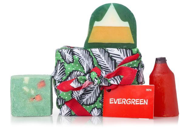 画像: クリスマスらしい柊を描いたKnot Wrapに包まれて、中を開けるとクリスマスカラーのアイテムが入っています。全身の汚れや古い角質をすっきり落とすボディソープ&スクラブをセットにしました。常緑の森を散策しながら自然へ還りましょう。『ソルティバーク』のクールなペパーミントの香りに囲まれて、フレッシュで清々しい空気を感じてください。ソープ『ヒドゥンマウンテン』はウッディで落ち着いた香りを演出します。ちょっとスパイシーなクリスマスを味わいたいときは、ブラックペッパーとシナモンの香り漂うボトル型のネイキッドシャワークリーム『サンタズクリスマスネイキッドシャワークリーム』で全身を洗い上げて。