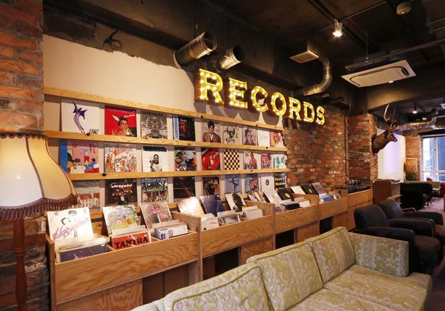 """画像: ・""""RECORDS&GENERAL STORE"""" レコードやニューラフレアのオリジナルグッズを販売する、音楽とファッションエリア""""RECORDS& GENERAL STORE""""が新たにオープン。レコードショップで販売するレコードは、神戸元町にある「汎芽舎 / ハンゲシャ」が監修。「汎芽舎」は、店内で実際にレコードを聴き、触れて感動するシーンを大切に考える、マニアックかつ初心者も楽しめるレコードを取り揃えるショップとして有名なお店だ。 ◆汎芽舎 オフィシャルサイト http://hangesha.shop-pro.jp/"""