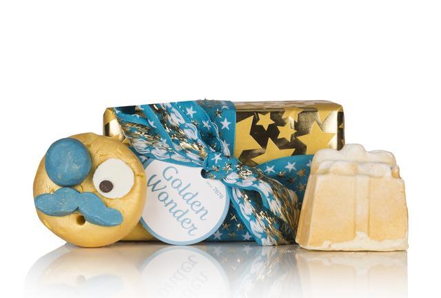 画像: プラスチックフリーのラメがきらきら輝くバスタイムを演出する2つのバスアイテムをセレクト。クリスマスに人気の小さなギフトボックス型バスボム『黄金のセレブレイト 』は、お湯に溶かすとコニャックとお肌を柔軟にするフェアトレードカカオバターが渦巻き、この上なく心地良い香りを醸し出します。ユーモラスな表情が楽しいバブルバー『マン イン ザ ムーン 』は手で崩してその上から勢いよくお湯をそそぎ泡立ててください。フワフワの泡とライムとネロリのやさしく爽やかな香りが、気分を落ち着かせてくれます。