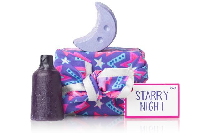 画像: トンカとラベンダーをブレンドした心落ち着く人気の香り「トワイライトムーン」の2つのアイテムがセットに。夕暮れが空を覆い、星たちが遊びに訪れる頃、あなたを包み込むラベンダーの神秘的な香りが夢の世界へと誘います。 『トワイライトムーン ネイキッド シャワージェル 』で全身を洗えば、バスルームはスイートなトンカの香りでいっぱいに。ボディパウダー『トワイライトムーン スパークルジャー』はカカオバターから作った月のパーツを肌の上に滑らせてしっとりお肌に。中にはキラキラ輝くラメが入っているので、パーティ前にもおすすめです。インドのオーガニックコットン100%素材のKnot Wrapに包まれたギフトは、リユースも楽しみのひとつ。