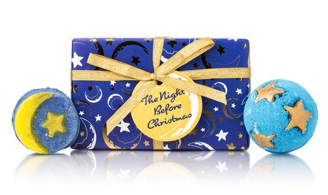 画像: クリスマスにぴったりのバスアイテムをセット。ミッドナイトブルーの夜空がバスタブに広がる『シュート フォォー スターズ 』、イランイランの香り広がる大人な泡風呂を演出する『クリスマス イブ』。サンタクロースには大好物のシェリー酒を、そしてあなたのためにたっぷりのお湯をバスタブに注ぎましょう。クリスマスイブの夜、温かいお風呂に浸かる時間は至福のひととき。泡のブランケットに包まれてリラックスしながら、夜空の星の輝きを眺めれば、サンタクロースが夜空を駆け抜ける間を目撃するかも・・・!?