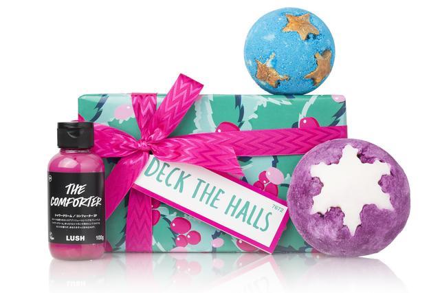 画像: バスルームをスイートな香りで飾る、バス&シャワーアイテムを取り揃えたクリスマスギフトセットです。ブラックカラントの香りがする豊かな泡があなたをそっと抱いて、心地良いひとときをもたらします。やがて、ハチミツのようにスイートに香る『シュート フォー スターズ』の星たちがバスタブの中に描かれた夜空で瞬きます。水面を覆うにわか雪のようなふわふわの泡から漂うのはジューシーで美味しそうな『プラムスノー 』のフレーバー。胸が高鳴る、甘くフルーティーなギフト『デック ザ ホール』で、あなたの大好きな香りときらめきを全身にまとえば、クリスマスパーティの主役はあなたのもの。