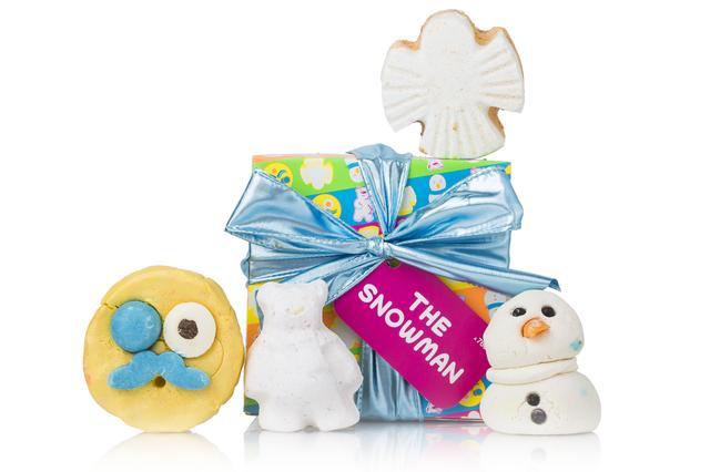 画像: バスタイムを愉快な時間に変える、4種類のユニークなアイテムを組み合わせたクリスマスギフト。『スノーマン バブルルーン』は、魔法みたいなモコモコの泡と爽やかなレモンの香りでバスルームを満たしてくれます。今年登場した『マン イン ザ ムーン』は、ライムとネロリが爽やかに香るバブルバー。ユーモラスなバスアイテムで、子供も大人も笑顔が弾けます。いつもお世話になっているご家族へのギフトにもおすすめです。