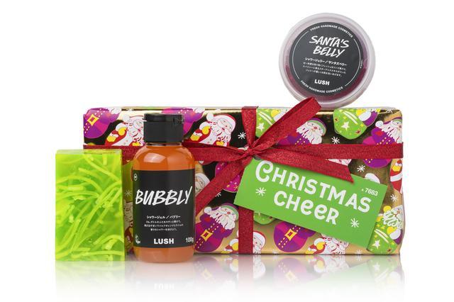 画像: クリスマスの心躍る雰囲気にふさわしいボディソープを取り揃えたギフトセットです。『クリスマス シトラス』ソープは、ライムオイルとレモンエキスの爽やかな香りにベルガモットをブレンド。 丸々としたサンタのお腹をイメージしたシャワージェリー『サンタズベリー』はぷるぷるの感触が楽しいボディソープ。フレッシュなブドウジュースが清潔なお肌へ導いてくれる『バブリー』はスイートオレンジオイルやライムの爽やかな香りが広がります。クリスマスに乾杯!とパーティにぴったりなギフトです。