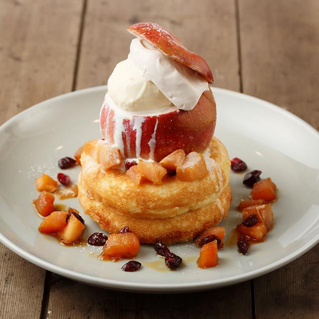 画像: ○11月「まるごとリンゴのパンケーキ ホットカスタードソース」(本体価格 1,700円) 焼きリンゴを1個丸ごとのせた、ふわふわもっちりのパンケーキ。周りにもキャラメリゼした角切りリンゴをトッピング。旬のリンゴをまるごと味わえる一品です。