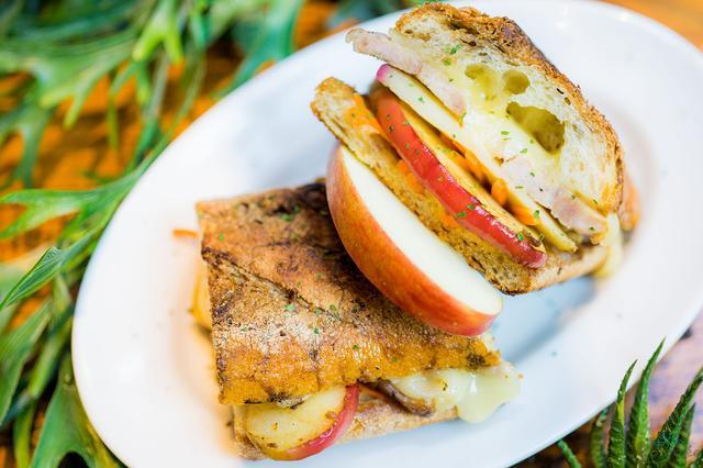 画像: リンゴとローストポークのバタープレスホットサンド