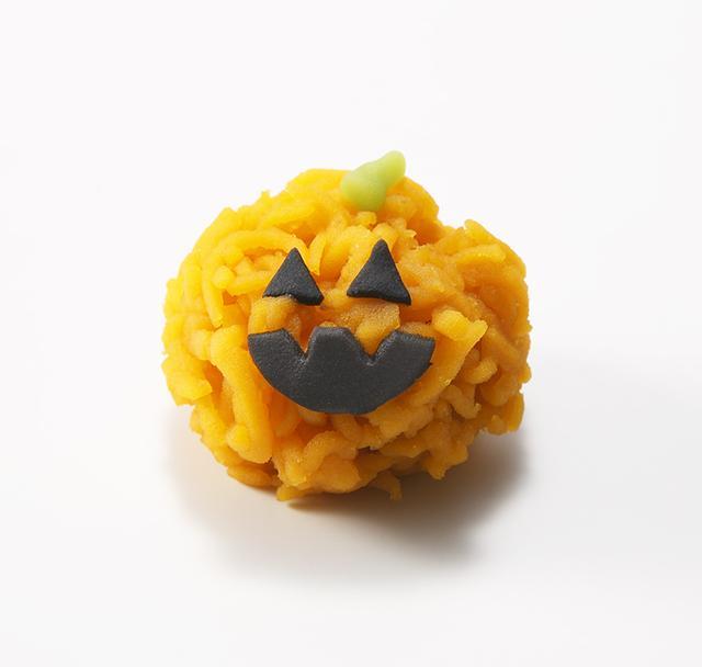 画像: <老松> 生菓子(1個)税込432円 かぼちゃ餡を使ったきんとん製の生菓子。