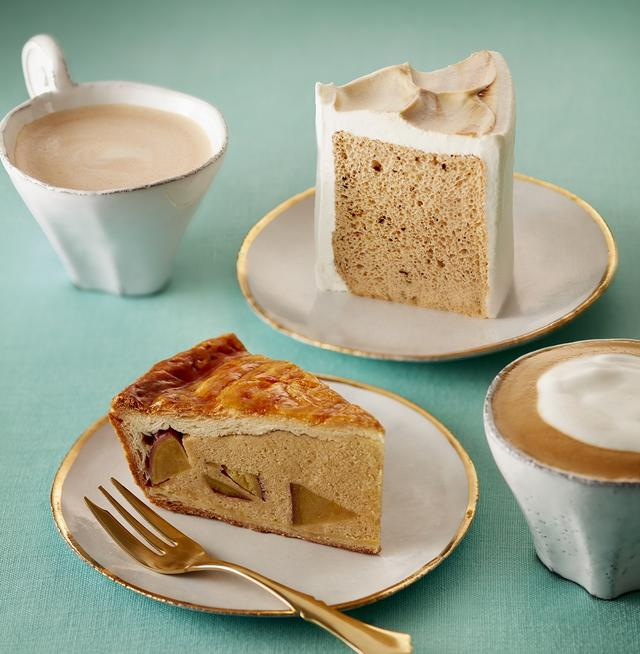 """画像: 写真上「シフォンケーキ ミルクティー」490円 キメの細かい""""ふんわり生地""""が特徴のタリーズのシフォンケーキ。紅茶が香るふんわりシフォン生地に、コクのある甘みのホイップクリームをあわせました。 写真下「メープルスイートポテトパイ」430円 アプリコットソースで程よい酸味を効かせたパイ生地に、メープルの香り豊かなダマンドと、ごろっと入ったサツマイモのコクのある甘みが上品な味わいです。"""
