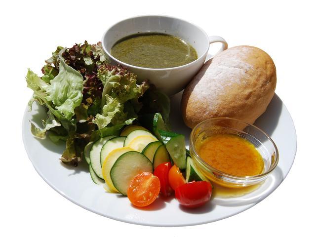 画像: ■ポタージュのサラダプレート 800円(税込) 隣接店舗の旬八青果店から仕入れる野菜を使い、動物性のものは使用せず、一から店内で手作りしたポタージュスープ。野菜の旨味を最大限に引き出すため、味付けは塩・胡椒のみ。季節に合わせてメインの野菜が入れ替わります。単品オーダーでも人気のポタージュと、たっぷりの新鮮なサラダ(季節の野菜の手作りドレッシング付き)、お好きなパンが選べるボリュームランチ。野菜をたっぷり食べてお腹いっぱいになれるプレートです。パンは豆乳白パン・クロワッサン・トーストの3種から選べます。