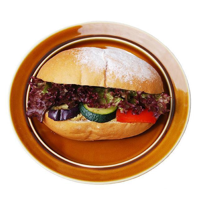画像: ■ハモスディップと季節の野菜サンド 490円(税込) クミンシードなどスパイスの効いたひよこ豆のペーストと、季節のグリル野菜を、ふわふわ・もちもちの豆乳白パンでサンドしました。スパイスが効いたハモスディップは一度食べると忘れられない香りと味で、リピーター様も多いメニューです。