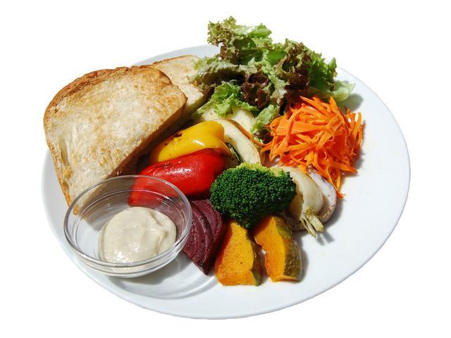 画像: ■グリル野菜のサラダプレート 800円(税込) 隣接店舗の旬八青果店から仕入れる季節の野菜をグリルし、野菜に合わせた手作りディップを添えました。大きめにカットしたグリル野菜は食べ応え満点です。パンは豆乳白パン・クロワッサン・トーストの3種から選べます。