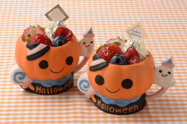 画像: ベリーベリー「ハロウィンベリー」620円 陶器のハロウィンカップに、パンプキンムースとホワイトチョコレートクリームを重ね、自家製の苺コンポートをしのばせ、フレッシュベリー、アラザンを飾り、可愛らしく仕上げました。 濃厚な味わいのかぼちゃとコクのある甘さのホワイトチョコの意外な組合せに、甘酸っぱい苺のコンポートがアクセント。ベリースイーツ専門店ならではの新たなご提案でかぼちゃをお楽しみいただく、キュートなハロウィン限定スイーツです。