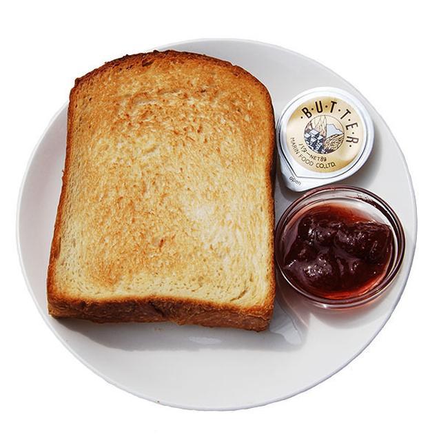 画像: ■厚切りトースト(バター・ジャム付き) 280円(税込) ドーナッツプラントオリジナルレシピのベーカリードーナッツ生地を使った食パンを、店内のオーブンで焼き上げています。生地の美味しさが一番分かりやすいシンプルなトーストは、白金台本店の人気メニューです。店内でトーストを召し上がり、帰りに焼きたての食パンをお買い求め下さるお客様も多くいらっしゃいます。