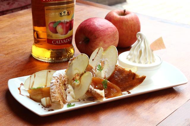 画像: カルヴァドス(りんごのブランデー)風味のクリームに、3種のりんご(薄くスライスし乾燥させたもの、甘くキャラメリゼしたもの、カットしたフレッシュのもの)と、サクサクのパイ生地を差し込んだミルフィーユです。