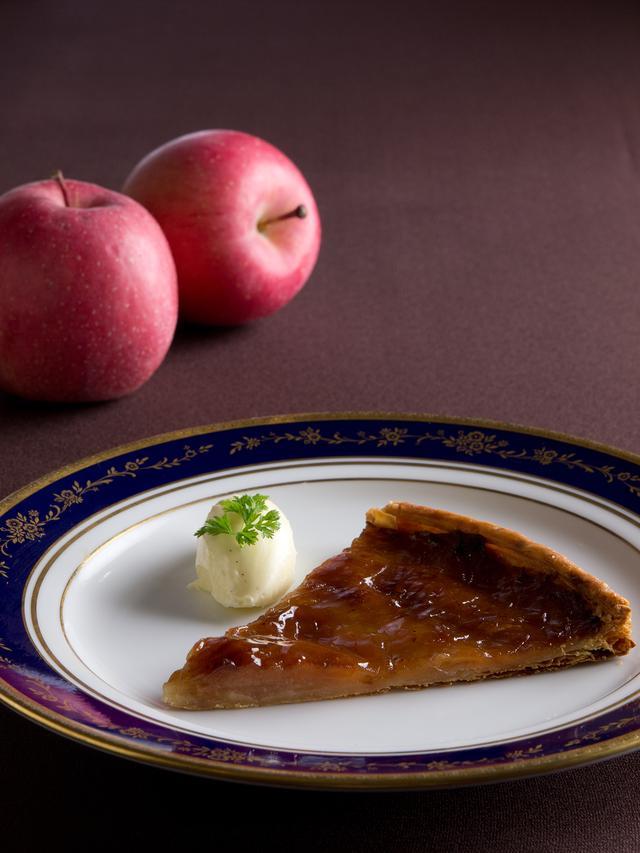 画像: りんごのスライスを、薄いパイ生地に並べて数回に分けてじっくり焼き上げた温かいタルト。 焼きりんごと相性の良いシナモンアイスクリームを添えてお召し上がりいただきます。