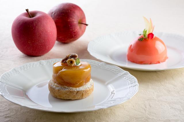 画像: 左:「タルトタタン」 パイ生地に7時間以上かけて煮込んだりんごをのせました。甘味と酸味が絶妙の組み合わせです。 右:「りんごとアールグレイのムース」 アールグレイ風味のブリュレをりんごのムースで包みました。