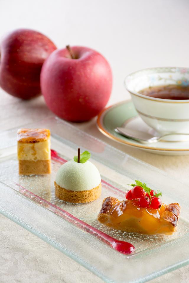 画像: 右:アップルパイ 甘さを引き立たせるレモン汁と、香り付けにシナモンを加えたりんごをさくさくとした食感のパイ生地に包み込みました。 中:青りんごのムース キャラメル風味の生地に青リンゴのムースをのせました。 左:りんごのシブースト パイ生地にカスタードソースを流して焼き、キャラメリゼしたりんごとカスタードの軽いムースをのせ、表面をバーナーで炙りました。