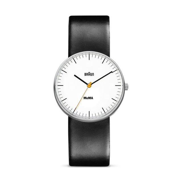 画像: ■BRAUN MoMA Exclusive ウォッチ 税抜販売予定価格: 20,500円 ミニマリストなデザインは、Dietrich Lubs(ディートリッヒ・ルブス)の時計にインスパイアされてBraunデザインチームが新バージョンとして作ったものです。MoMAのロゴが文字盤に描かれ、ケース背面にも刻印されています。防水仕様、クオーツ ムーブメント。ステンレススチール製のケース、レザー製ベルト。