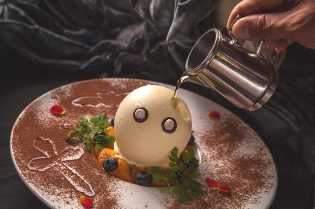 画像: 「ホワイトドームに包まれたカボチャのタルトと紫芋のアイス~ホットメープルソース~」980円