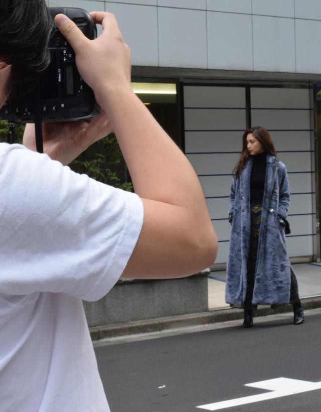 画像: モデルの方と息を合わせながら撮影が進んでいきます。