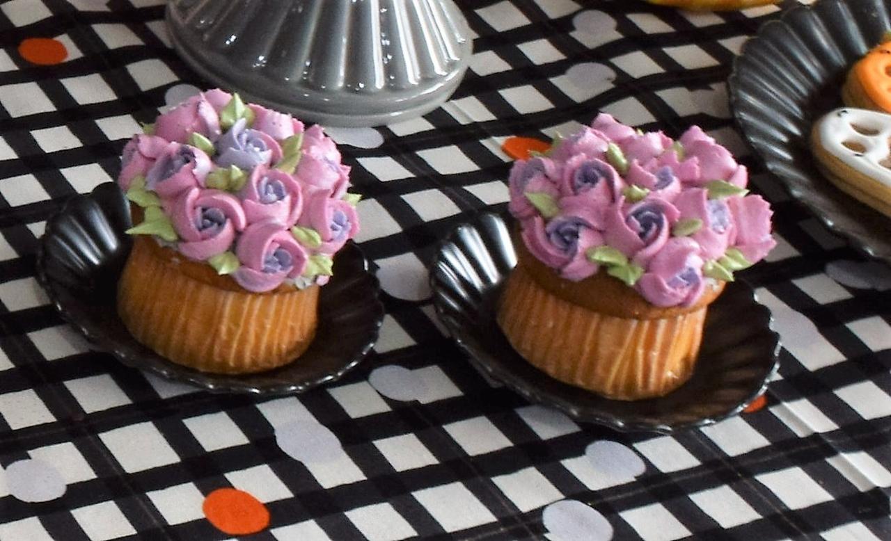 画像: バラ模様が可愛いカップケーキ。