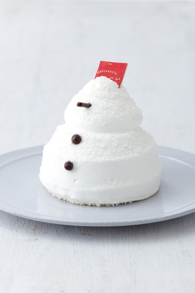 画像: ■商品名:ボノムドネージュ ■価格:605 円(税込) ■販売期間:11 月1 日(水)~ 12 月22 日(金) ■商品説明:クリスマス気分を盛り上げる、愛らしい雪だるまのスイーツ。オレンジが香るバナナコンフィチュールとやさしい甘さのキャラメルをバニラムースで包み、周りは生クリームで仕上げました。