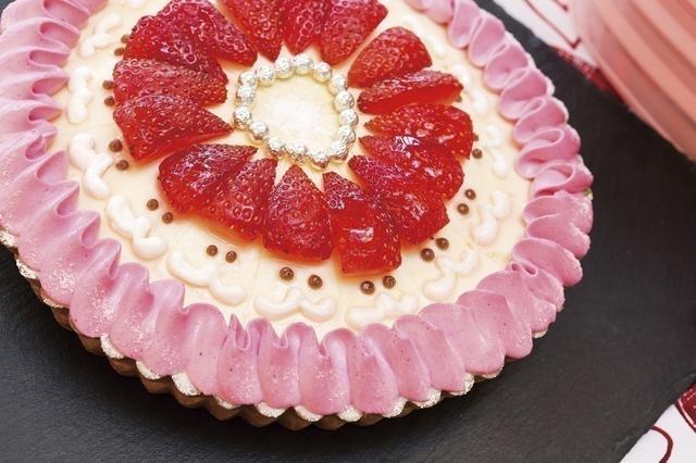 画像: 「サンタルト」 中央の苺とタルトの縁に彩られたピンク色の生クリームが、愛らしいタルト。切り分けて、ひとり分に取分けると、苺の部分がサンタクロースの帽子となる仕掛けです。 タルトはアーモンドクリームの生地でできており、スライスしたイチゴをのせ、その上にレモンムースをはさんでいます。 タルト生地はさっくり、ムースの部分はしっとり、すっきりとした味わいです。