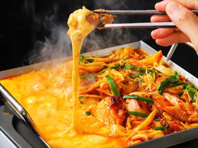 画像: 甘辛ダレに漬け込んだ鶏肉をチーズに絡めていただく鉄板鍋 『チーズたっちゃん』 1,180円