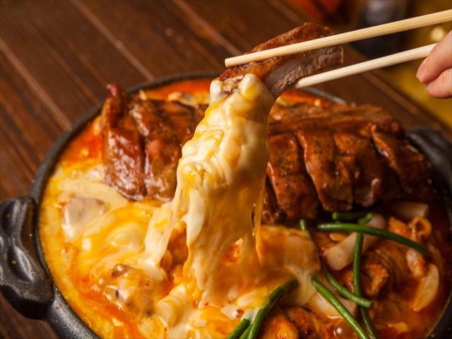 画像: インパクト肉「巨大バックリブ」ととろ~りチーズの異種タッグ!! 『バックリブとチキンの蒸し焼きチーズ鍋』 FULLサイズ3,300円/HALFサイズ2,200円