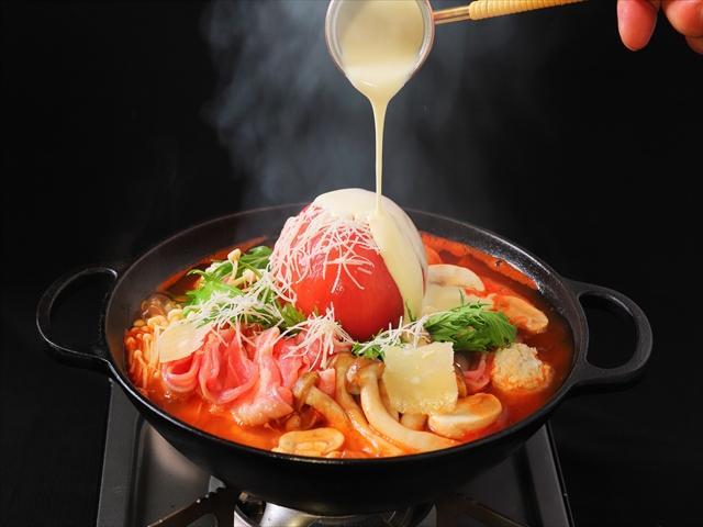 画像: トマトとチーズの鉄板の組み合わせ! 『完熟トマトのクアトロチーズ鍋』 1,680円