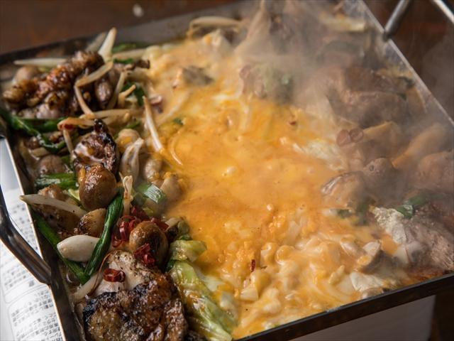 画像: 炭火で焼き上げた香ばしい鶏を人気のチーズタッカルビに! 『炭火焼きチーズタッカルビ』 1,490円