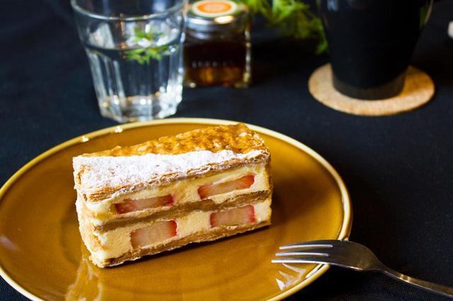 画像: 「ストロベリーミルフィーユ」 さくさくのパイに、濃厚なカスタードクリームは相性抜群です。 苺の甘みとすっきりとした酸味を最大限に活かした自信のケーキです。