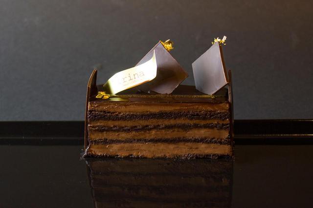 画像: 「ノワール」 フランス産最高級ダークチョコレートをブレンドし、チョコレート持つ酸味、苦味、甘味が絶妙に広がっていきます。小麦粉を一切使用しないため、口の中で溶けていく模様はまるで 生チョコレートのような口解けです。