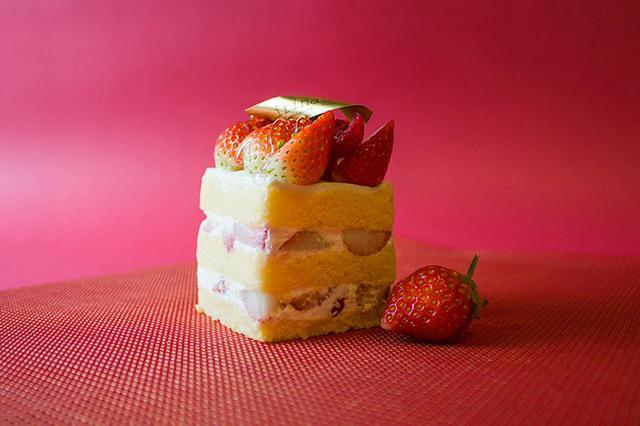 画像: 「苺のショートケーキ」 ケーキの王道をイリナ流で表現。たっぷりと贅沢に使った苺。 口の中でほどけるように消えていく生地と、甘酸っぱい苺の協奏をお楽しみください。