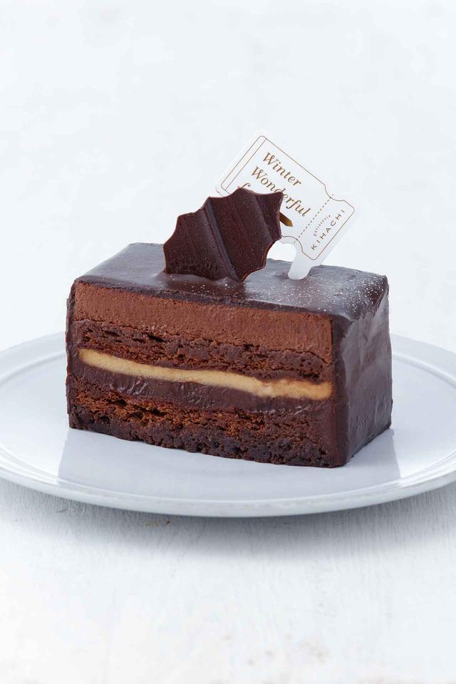 画像: ■商品名:ショコラショコラ ■価格:カット605 円(税込) ■販売期間:11 月29 日(水)~ 12 月22 日(金) ■商品説明:クリスマスケーキを事前にお試しできるケーキ。カットサイズでご用意しました。2 種類のチョコレートを使った口どけの良いショコラムース、ほろ苦いビスキュイショコラ、チョコチップ入りのガナッシュを重ねたショコラづくしのケーキです。甘い香りのトンカ豆を使ったブリュレがショコラの味を引き立てます。