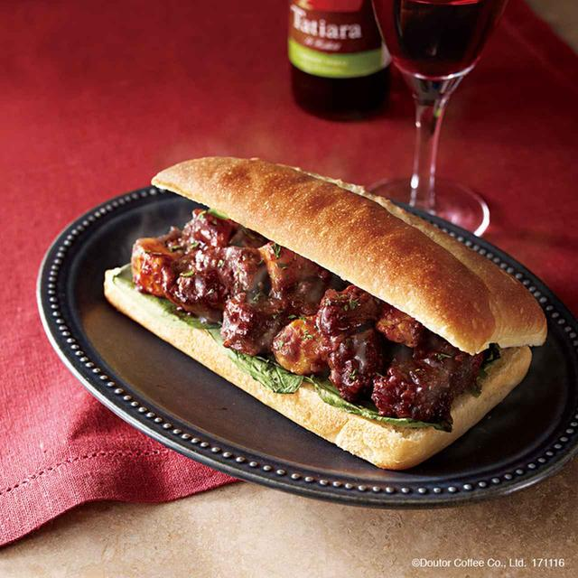 画像: 赤ワインでじっくり煮込んだ牛肉がホロッと柔らかな口どけのホットサンドです。 牛肉とグリルポテトを和え、サラダほうれん草と一緒にクリームチーズを塗ったチャバッタパンでサンドしました。ひとくち頬張ると、赤ワインの芳醇な香りとカシスの爽やかな酸味が楽しめる、ホリデーシーズンにぴったりの一品です。