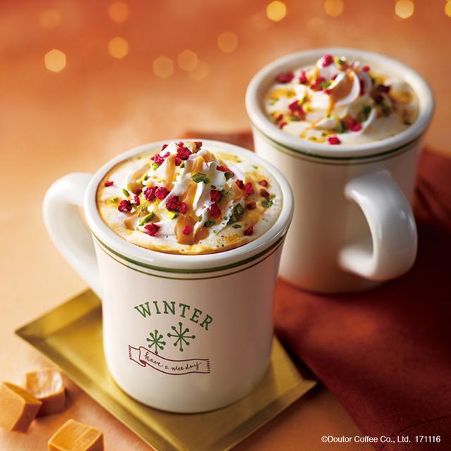 画像: 北海道産の生キャラメルソースにミルクとエスプレッソコーヒーを合わせたラテドリンクです。 生キャラメルソースは、エスプレッソに負けない香ばしさと濃厚な味わいが特徴です。 ホイップクリームの上にトッピングされたピスタチオとフワンボワーズが、見た目も鮮やかな冬のドリンクです。