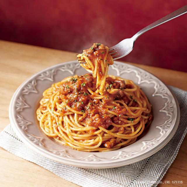 画像: 国産牛と、5種の野菜(玉ねぎ、人参、セロリ、にんにく、マッシュルーム)を使用したボロネーゼのパスタです。牛肉と野菜を赤ワインとトマトペーストで煮込み、旨みをぎゅっととじ込めました。 赤ワインとトマトの爽やかな風味の中に、野菜の自然な甘みと牛肉のうまみが引き立つメニューです。