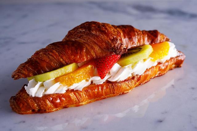 画像: ■フルーツサンドイッチ価格:420円 9月から販売中の、人気クロワッサンフルーツサンド!