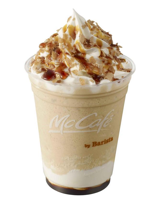 画像: 【クリームブリュレフラッペ】 カラメルソースにほんのり甘いクリームブリュレ風味のホイップクリーム、クリームブリュレシロップを混ぜ合わせたエスプレッソフラッペに、さらにほんのり甘いクリームブリュレ風味のホイップクリーム、クラッシュしたシガークッキー、カラメルソースをトッピングしました。薄く焼き上げた香ばしいシガークッキーとふわふわのホイップクリームで、飲むたびに甘みやエスプレッソのコクを感じられ、味の変化をお楽しみいただける、見た目も華やかなフラッペです。 M サイズ 460 円 Lサイズ 500 円