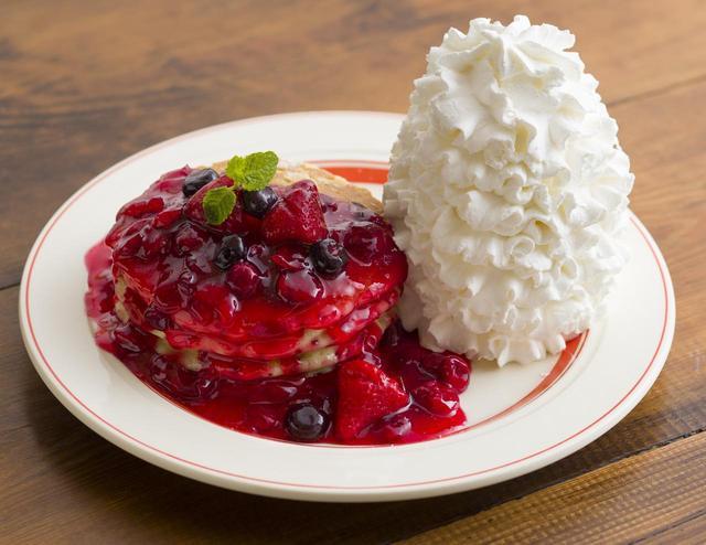 画像: ベリードレスド・パンケーキ (BERRY DRESSED PANCAKES) 1,680円(税別) クランベリーをベースにストロベリー、ブルーベリーを贅沢に使用し、ベリーのドレスをまとわせた甘みと酸味のバランスがとれた上品なパンケーキ。生地の中には、アーモンドとドライクランベリーを入れて焼き上げることで、フルーティーな甘さと食感をお楽しみ頂けます。