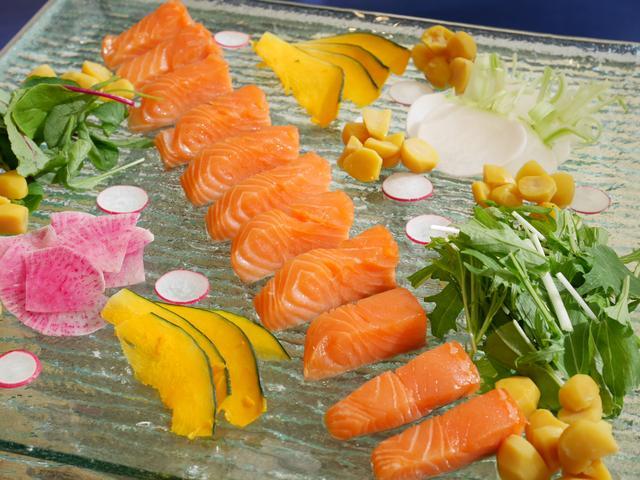 画像: サーモンのコンフィ 秋野菜と甘栗のサラダ仕立て