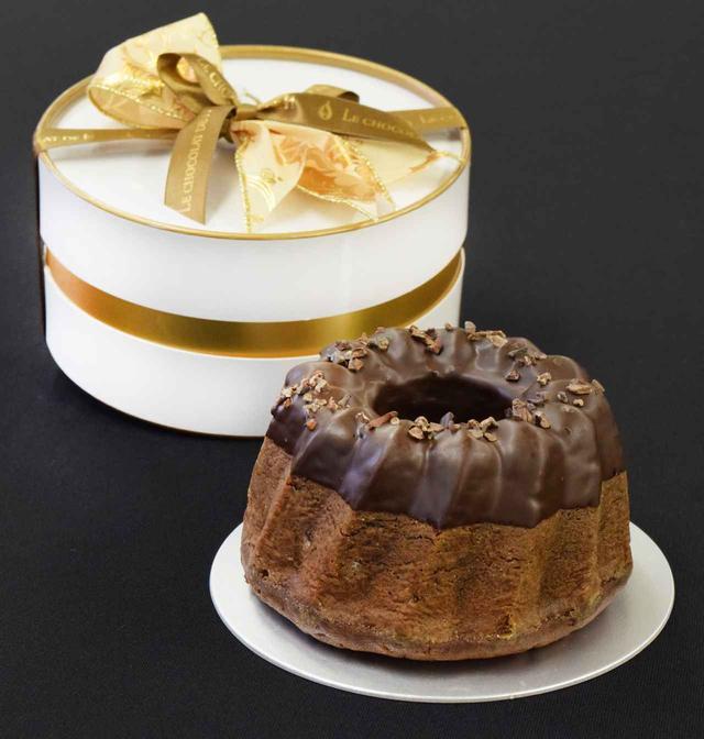 画像: クグロフ ショコラ フランス・アルザス地方のクリスマスケーキ。パウンド生地にショコラやナッツをたっぷりと練り込んだル ショコラ ドゥ アッシュオリジナルのしっとりとしたクグロフです。 限定数 : 100個 サイズ : 直径12cm 販売期間: 2017年11月1日(水)~12月25日(月)(数量限定・完売次第終了) 価格  : 2,961円(税込)