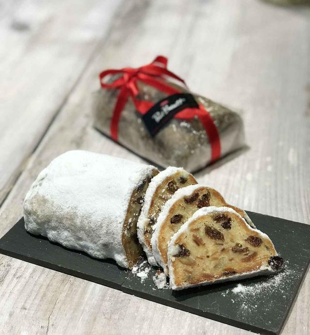 画像: シュトーレン アーモンドをたっぷりと使用した生地にオレンジピール、ナッツ、レーズンを合わせしっとりと焼き上げたクリスマスの定番焼き菓子。薄くスライスし、コーヒーと合わせてお召し上がりください。 限定数 : 100個 サイズ : 14×8×6cm 販売期間: 11月25日(土)~12月25日(月)(数量限定・完売次第終了) 価格  : 1,500円(税込)