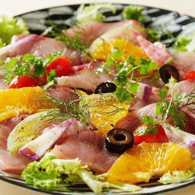 画像: 「本日のカルパッチョ」920円 漁港直送の鮮魚とフルーツを使ったカルパッチョ