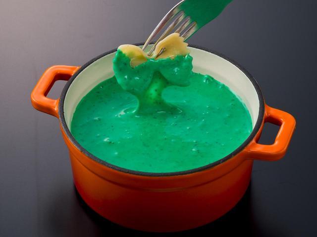 画像: グリーン バジル風味のイタリアン系チーズフォンデュ。