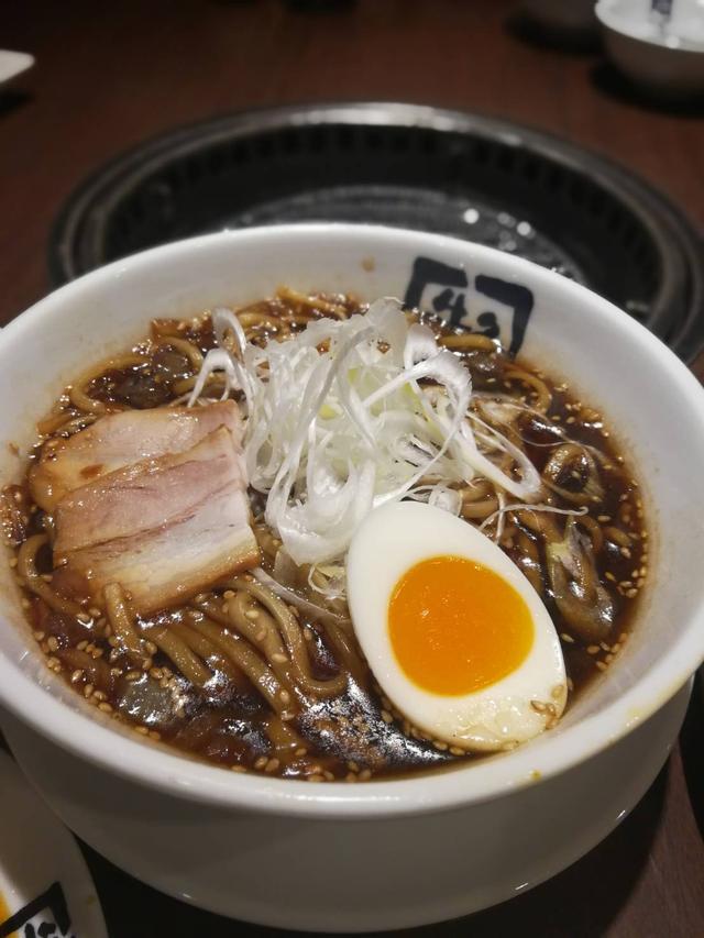 画像: 牛角黒ラーメン 690円 たっぷりの海苔とにんにくが味の決め手!コクがあるのにあっさり!〆の一杯にどうぞ。スープもゴクゴクいけちゃうので要注意!
