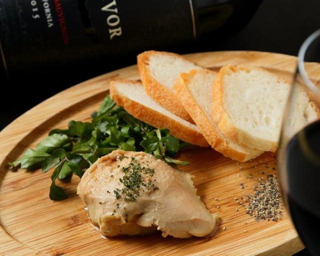 画像: 「レバーパテ」500円(税抜) 滑らかな舌触りの自家製パテ。常時10種類ほど揃っているワインと一緒にお召し上がりください。