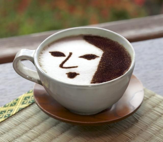 画像: モチーフは、よーじやカフェの人気メニュー「よーじや特製カプチーノ」 手鏡に映る京女性を描いたロゴマークが印象的なラテアートカプチーノ。そのカプチーノの味をそのままチョコレートにしました。チョコの表面にも、もちろんロゴマークがデザインされています。